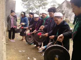 Cồng chiêng xuất hiện trong buổi tổng kết cuối năm của hội người cao tuổi xóm Sống - xã Vĩnh Đồng (Kim Bôi).